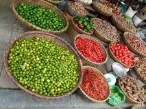 Gekippter Winkel von Früchten, von Gemüse, von würzigen Pfeffern, von Samen und von Gewürzen für Verkauf auf der Straße Stockbilder
