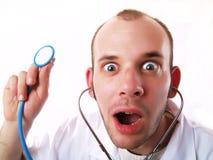 Gekke arts die een stethoscoop met behulp van Royalty-vrije Stock Afbeelding