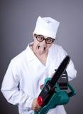 Gekke arts met draagbare zaag. Stock Afbeeldingen