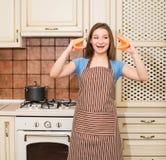 Gekke baksel kokende vrouw die pret in haar keuken hebben die che glimlachen royalty-vrije stock fotografie