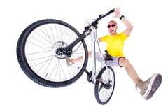 Gekke die jongen op een fiets van de vuilsprong op wijd geschoten wit wordt geïsoleerd - Stock Afbeelding