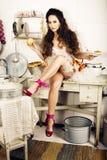 Gekke echte vrouwenhuisvrouw op keuken, die het perfoming eten, bizare Royalty-vrije Stock Foto's