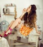 Gekke echte vrouwenhuisvrouw op keuken, die het perfoming eten, bizare meisje Stock Foto's