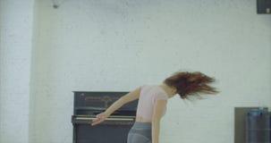 Gekke expressieve vrouw het spelen piano in dansstudio stock footage