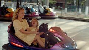 Gekke familieaandrijving op bumperauto's stock foto's