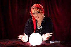 Gekke Fortuinteller met Crystal Ball Royalty-vrije Stock Foto