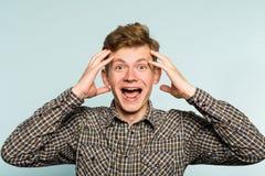 Gekke gelukkige te opgewonden gekke wilde mensen brede grijns stock foto's