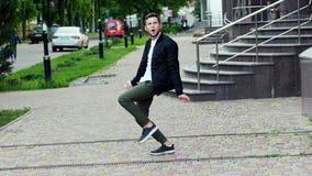 Gekke grappige mens die op de zeer tevreden straat dansen, stock video