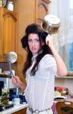Gekke huisvrouw op de keuken Stock Afbeeldingen