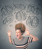 Gekke jonge vrouw met extreme haisrtyle en toespraakbellen Royalty-vrije Stock Afbeelding