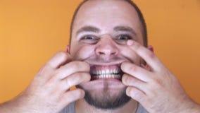 Gekke mens met gekke mond stock videobeelden