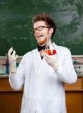 Gekke professorslach die kegelfles overhandigen royalty-vrije stock fotografie