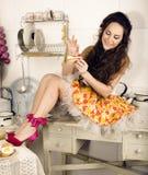 Gekke schoonheids donkerbruine huisvrouw bij keuken het koken Stock Afbeeldingen
