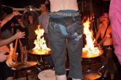 Gekke slagwerker die zijn trommel op brand plaatsen Royalty-vrije Stock Fotografie