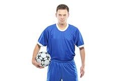 Gekke voetballer die een voetbal houdt Stock Afbeelding