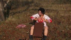 Gekke Vrouw die Hartstocht tonen bij Aard stock footage
