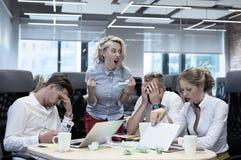 Gekke werkgever die gebaren tonen aan werknemers royalty-vrije stock fotografie