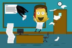 Gekke werknemer die in bureau springen en document werpen Stock Afbeeldingen