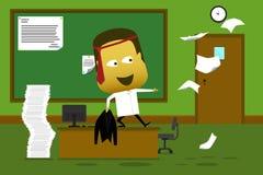 Gekke werknemer die zich op zijn bureau bevinden en document werpen Royalty-vrije Stock Fotografie