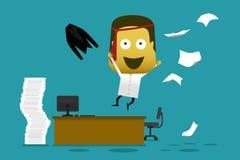 Gekke werknemerssprong van zijn bureau en het werpen van document Stock Foto