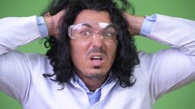 Gekke wetenschapper die beschermende glazen en het panicking dragen stock footage