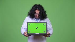 Gekke wetenschapper die laptop tonen stock footage