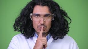Gekke wetenschapper met vinger op lippen stock footage