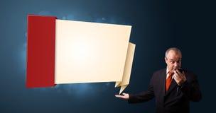 Gekke zakenman die een telefoon houden en moderne origami voorstellen Royalty-vrije Stock Afbeelding