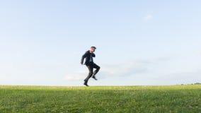 Gekke zakenman die op een heuvel dansen stock video
