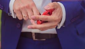 Geklede de jonggehuwden sluiten hart als teken van liefde Stock Foto's