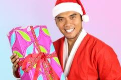 Geklede jonge Aziatische mens in de Kerstman Royalty-vrije Stock Fotografie