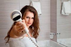 Gekleed in handdoek mooie vrouw die u moeras geeft Stock Afbeeldingen