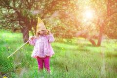 Gekleed meisje netto voor het vangen van vlinders op zijn hoofd royalty-vrije stock fotografie