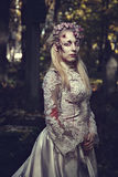 Gekleed in romantische de zombievrouw van huwelijkskleren Stock Fotografie