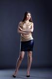 Gekleidete Frau der Junge stilvoll, die im Studio aufwirft Stockbild