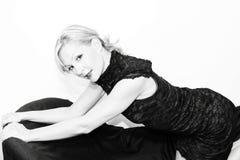 Gekleidete oben Blondine auf Sofa Lizenzfreies Stockbild