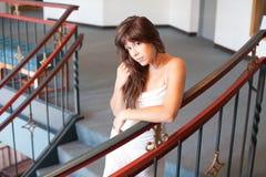 Gekleidete oben Frau in der fantastischen Einstellung Lizenzfreie Stockfotos