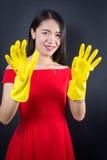 Gekleidete oben Frau mit Reinigungshandschuhen Lizenzfreie Stockfotos