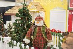 Gekleideter Schneemann, der nahe bei Weihnachtsbaum steht Lizenzfreie Stockfotos