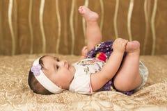 Gekleidetes oben Baby mit Füßen oben stockbilder
