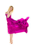 Gekleidetes rosafarbenes Flugwesenkleid der jungen Frau stockfoto