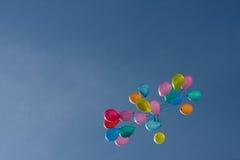 Gekleurd baloons in de hemel Stock Fotografie