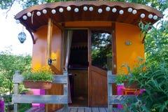Gekleurd beeld van een roulotte die op toeristen wachten die om in onconventionele plaats wensen te kamperen stock foto
