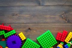 Gekleurd bouwspeelgoed voor kinderenmodel Legoblokken, minifigures op de donkere houten ruimte van het achtergrond hoogste mening Royalty-vrije Stock Fotografie