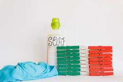 Gekleurd clothespinesrood, groen en wit Stock Foto