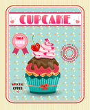 Gekleurd cupcake met rode kers, boog, roze harten Stock Afbeeldingen