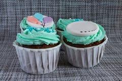 Gekleurd cupcakes close-up op grijze stoffenachtergrond royalty-vrije stock afbeelding