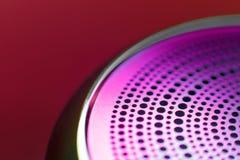 Gekleurd die metaalding met gaten in een cirkel worden geperforeerd Achtergrond Selectieve nadruk stock foto's