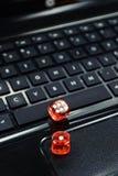 Gekleurd dobbelt op toetsenbord - online het gokken concept Stock Fotografie