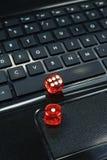 Gekleurd dobbelt op toetsenbord - online het gokken concept Royalty-vrije Stock Foto